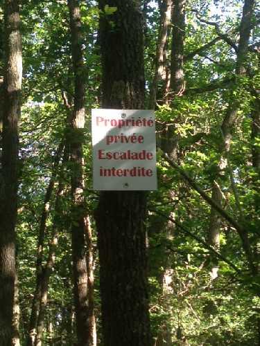 """Табличка с надписью """"Частная собственность. Скалолазание запрещено"""" в одном из французских регионов"""
