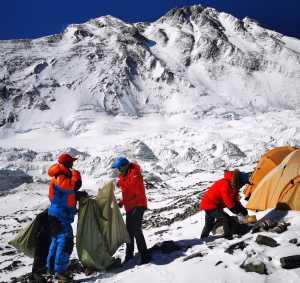 Китай проводит уборку мусора на Эвересте