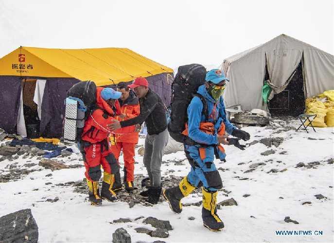 Китайская команда на Эвересте. Выход из передового базового лагеря. май 2020