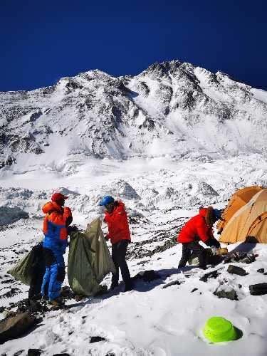Уборка мусора на Эвересте. Фото Xinhua