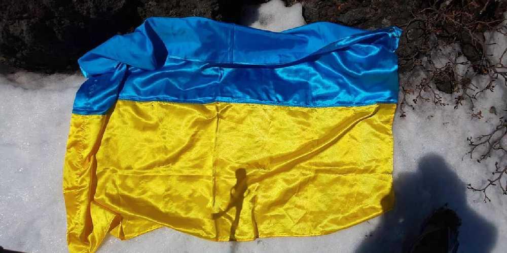 флаг Украины, найденный на Фудзияме