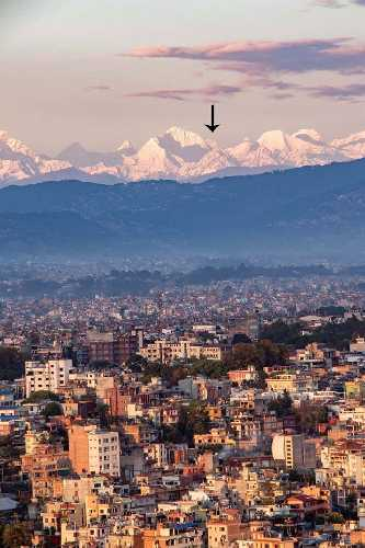 Вид на Эверест из Катманду. Фото Abhushan Gautam