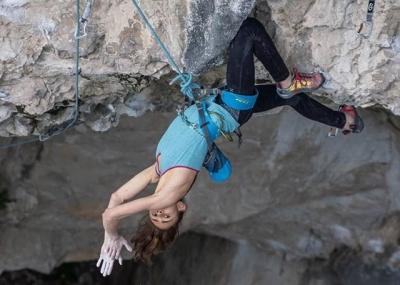 Лаура Рогора проходит свой первый маршрут категории 9а+: