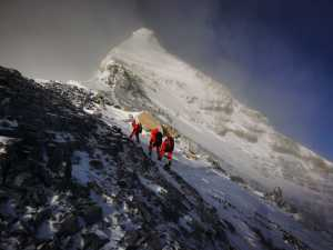 Третий день восхождения на Эверест: на вершину поднялась 16-летняя девушка