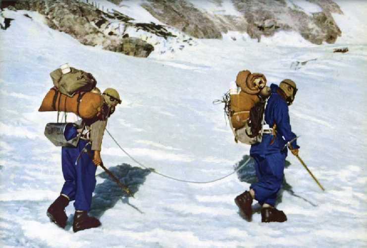 Том Бурдийон (Tom Bourdillon) и Чарльз Эванс (Charles Evans) после их возвращения на Южное седло в лагерь на отметке 8000 метров. Фото  Royal Geographical Society
