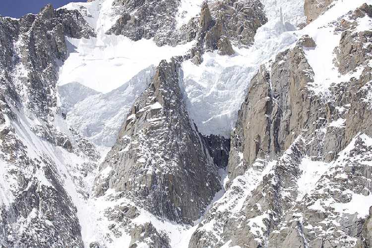 На лыжах с Монблана: Итальянский гид совершил первый в истории полный спуск на Итальянскую сторону