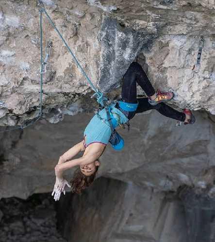 """Лаура Рогора (Laura Rogora) в отдыхе на средине линии на маршруте """"Pure Dreaming Plus"""" 9а+"""