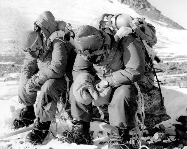 Том Бурдийон (Tom Bourdillon) и Чарльз Эванс (Charles Evans) после их возвращения на Южное седло в лагерь на отметке 8000 метров. Фото  Royal Geographical Society.