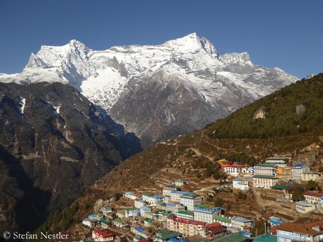 Намче-Базар - город в Непале,  живущий за счет туризма. Фото Stefan Nestler