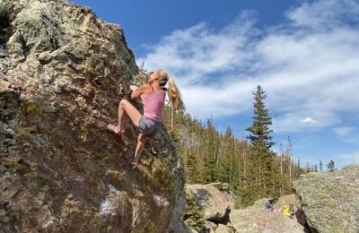 56-летняя американская скалолазка Робин Работу устанавливает мировое достижение, пройдя проблему категории 8А