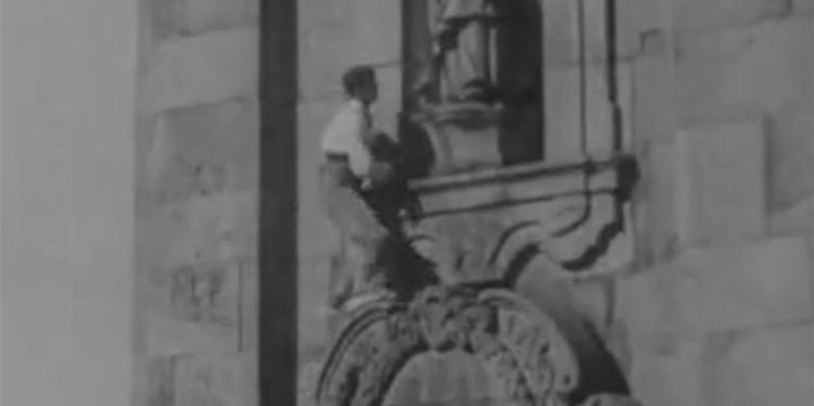 Хосе Пуэртольяно (José Puertollano) в восхождении на башню Torre dos Clérigos