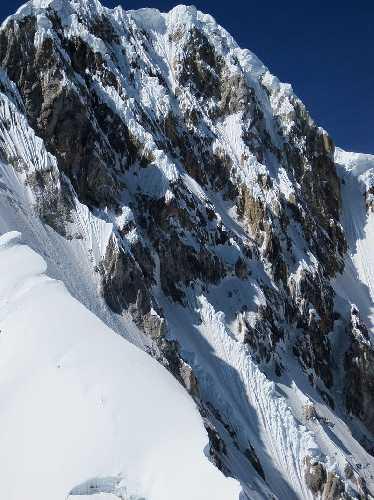 Западная стена горы Сиула Гранде (Siula Grande) высотой 6260 метров.