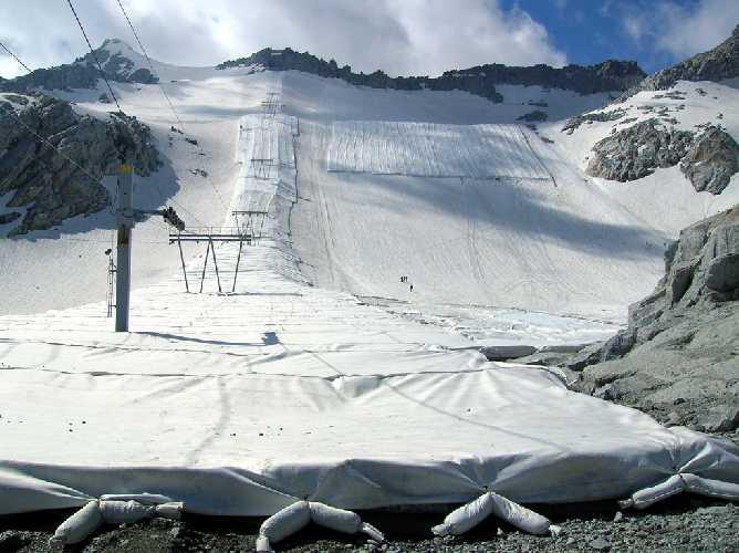Ледник Пресена (Ghiacciaio Presena) под защитным брезентом. Фото Ghiacciaio Presena