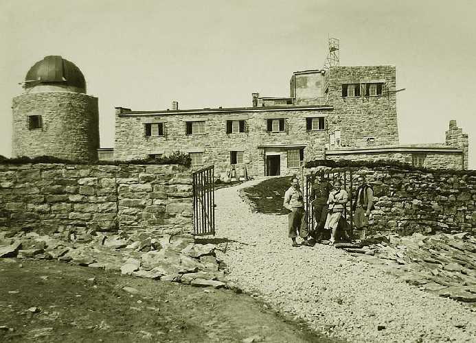 Историческое фото: обсерватория на горе Поп-Иван Черногорский (2022 м) сразу после строительства в 1938 году