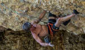 64-летний американец Чак Одетта установил новый мировой рекорд в скалолазании, пройдя сложность 8с/b+