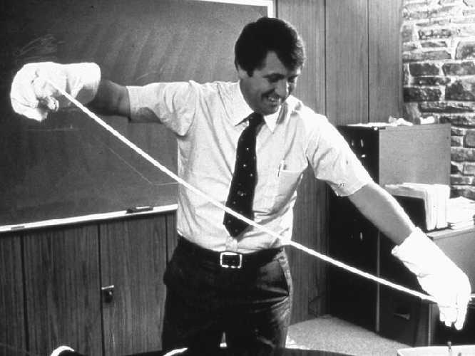 Боб Гор демонстрирует свой эксперимент с растяжением тефлонового прутка. Источник фото: gore.com