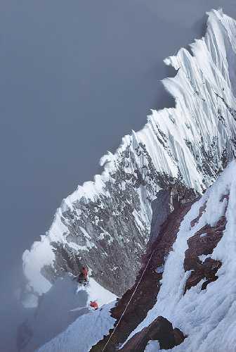 Вид назад на 900-метровый участок «Shovel Traverse» хребта Колибри на горе Логан с высоты 170 метров. Фото: Allen Steck