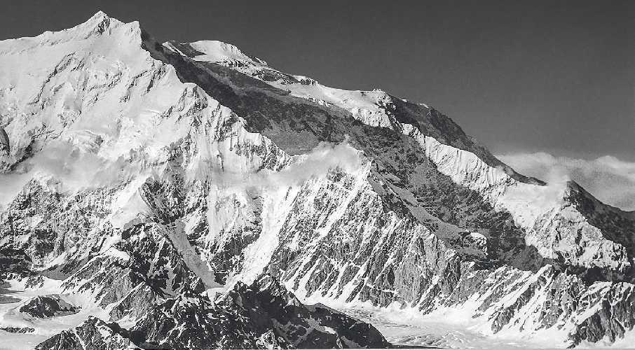 на хребет Колибри на горе Логан (Mount Logan, 6050 м) - высочайшей точке Канады демонстрирует необъятность восхождения, начинающегося со скалистых утесов в правом нижнем углу до вершины в 5600 метрах пути и в 4000 метрах по вертикали. Фото: Roy Johnson Jr.