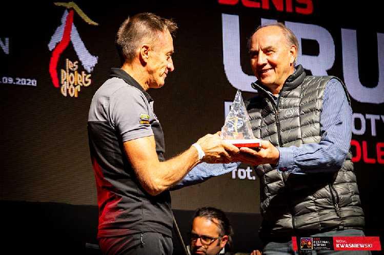 Денис Урубко получил премию из рук Лешека Цихы (Leszek Cichy). Фото Michal Kwasniewski