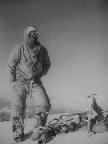 Акилле Компаньони (Achille Compagnoni) на вершине К2 в 1954 году