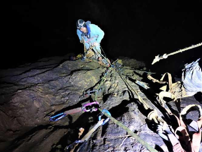 """Дэвид Палмада """"Пелу"""" (David Palmada «Pelut»)  и Эрнесто Беленгер (Ernesto Belenguer) на маршруте  """"Black Hole"""" (Черная дыра) в 475-метровой шахте пещеры"""