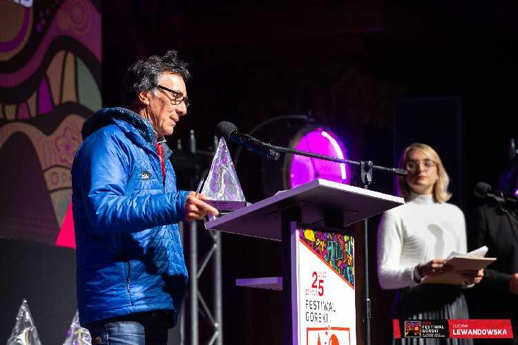Виктор Сандерс (Victor Saunders) представляет победителей, которые не смогли приехать на церемонию  Фото Lucyna Lewandowska