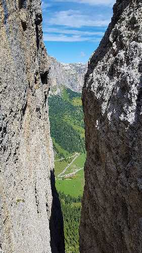 Пронзительно-зелёная трава — вот что бросается в глаза! Обычно в горах серо. Фото Евгений Образцов