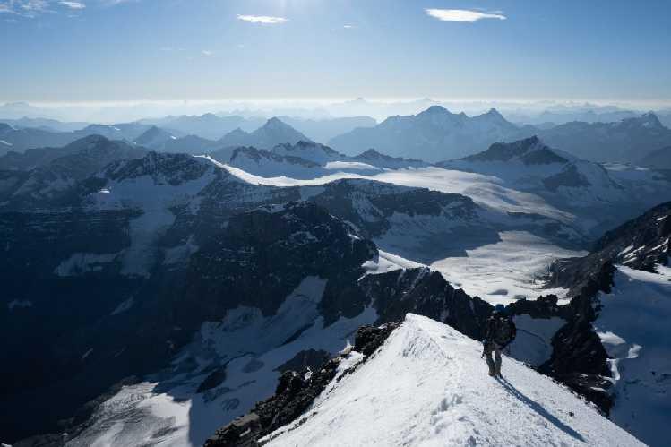 Алик Берг (Alik Berg) и Квентин Робертс (Quentin Roberts) совершили первое восхождение на огромную Восточную стену горы Форбс (Mt. Forbes, 3612 м) в Канадских Скалистых горах