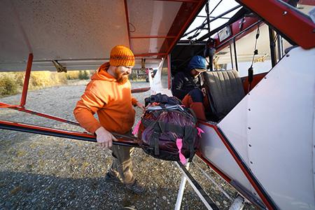 мы наняли пилота из Дельта-Джанкшен, чтобы он доставил нас через гребень Хэйс. Фото  Alex Hansen.