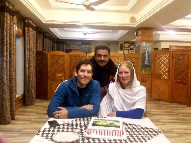 Джефф Райт (Jeff Wright) и Прити Райт (Priti Wright) с пакистанским гидом Али Мухаммедом Салторо (Ali Muhammad Saltoro)