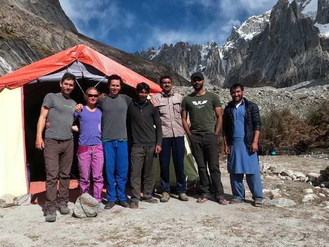 Команда экспедиции на К6 осенью 2020 года: Джефф Райт (Jeff Wright) (крайний слева) с Прити Райт (Priti Wright), Колином Хейли, пакистанскими носильщиками и сотрудниками базового лагеря. Фото Jeff Wright.