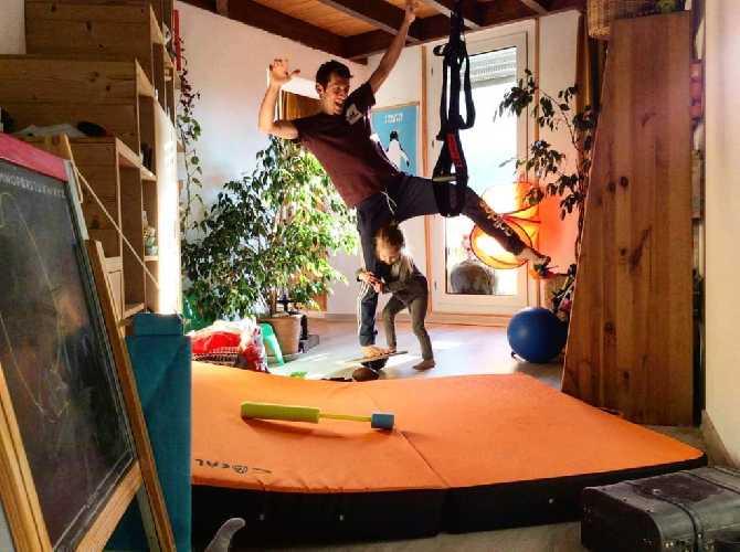 Ромэн Дегранж поддерживает форму во время тренировок с его маленькой дочью Розой. Фото