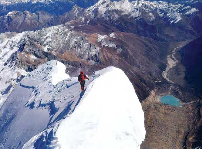 Вид с вершины горы Сайпал на северо-восточный хребет и долину Ранихарк с ледниковым озером на юге. Фото Bharat Bandhu Thapa