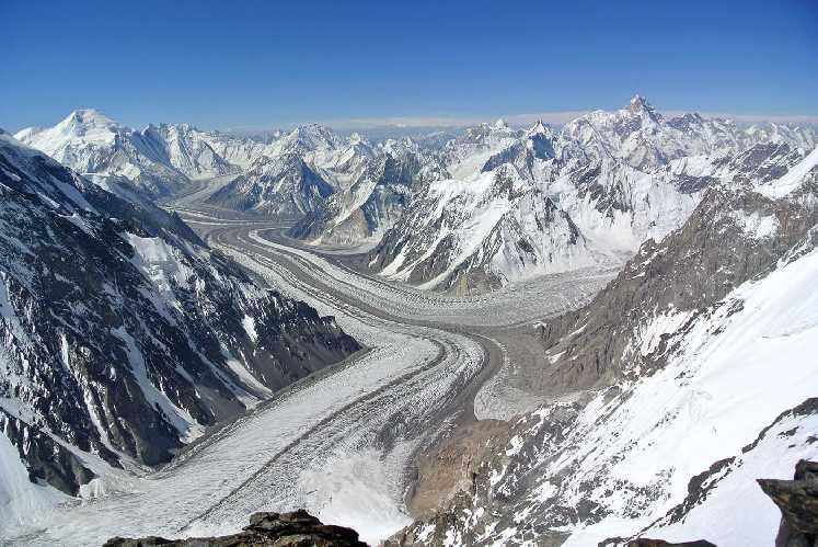 Вид на каракорумский ледник со склона восьмитысячника К2. Фото Mingma Gyalje Sherpa
