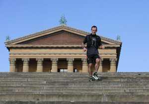 59-річний американець збирається пробігти 880 раз знизу вгору по 72 сходинках