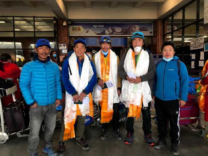 Мингма Галйе Шерпа (Mingma Gyalje Sherpa), Дава Тенцинг Шерпа (Dawa Tenzing Sherpa), Килу Пемба Шерпа (Kilu Pemba Sherpa) перед вылетом в Исламабад
