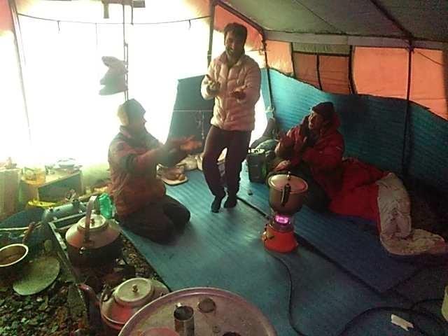 "Мухаммад Али ""Садпара"" (Muhammad Ali ""Sadpara""), Джон Снорри Сигурджонссон (John Snorri Sigurjónsson) и Саджид Али (Sajid Ali) в базовом лагере восьмитысячника К2"