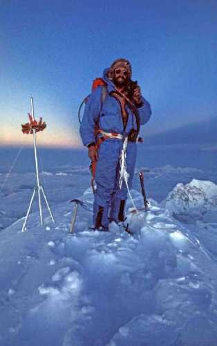 Даг Скотт (Doug Scott) на вершине Эвереста. 1975 год