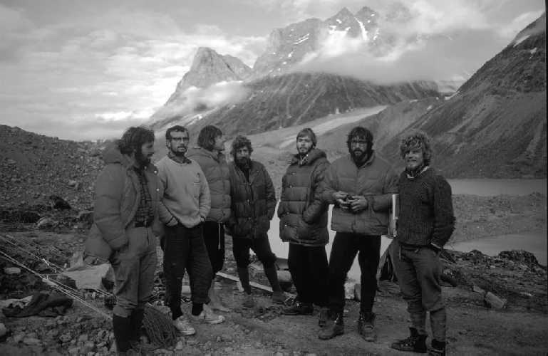 Экспедиция на Баффинову Землю 1971 год.  <br>Слева направо: Стив Смит (Steve Smith), Рэй Гиллис (Ray Gillies), Деннис Хеннек (Dennis Hennek), Гай Ли (Guy Lee), Фил Кох (Phil Koch), Даг Скотт (Doug Scott) и Роб Вуд (Rob Wood). Фото  Doug Scott