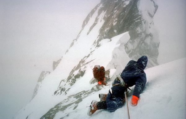 На спуске с вершины Огре. 1977 год. Даг Скотт со сломанными ногами и Крис Бонингтон со сломанными ребрами спускались по склону ползком с вершины горы...