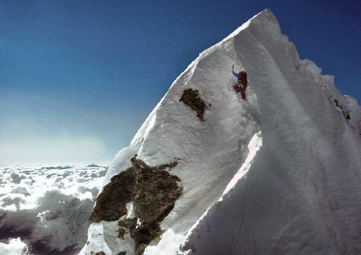 Дугал Хэстон (Dougal Haston) поднимается по Стуени Хиллари на Эвересте. 1974 год. Фото Doug Scott