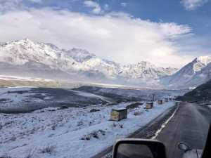 Непальская команда идет по леднику Балторо в базовый лагерь восьмитысячника К2