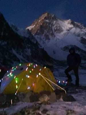Пакистанско-Исландская команда на К2 зажигает рождественские огни в базовом лагере