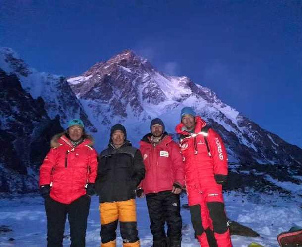 команда Мингмы Галйе Шерпа (Mingma Gyalje Sherpa) в бессонную ночь в базовом лагере восьмитысячника К2