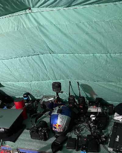 Мы принесли с собой кучу фото-видео камер, которые нужно зарядить сегодня вечером, прежде чем мы отправимся на гору ранним утром. Фото Nirmal Purja