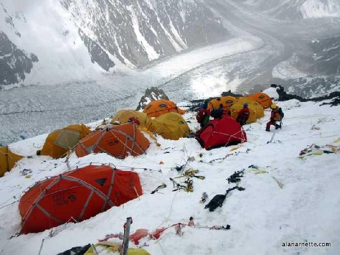 Вид на второй высотный лагерь на восьмитысячнике К2 в летнем сезоне. Фото Alan Arnette
