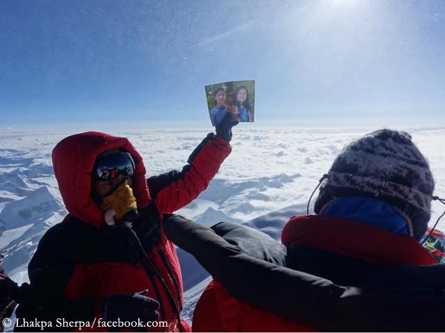 Лакпа на вершине Эвереста с фотографией дочерей (в 2017 году)