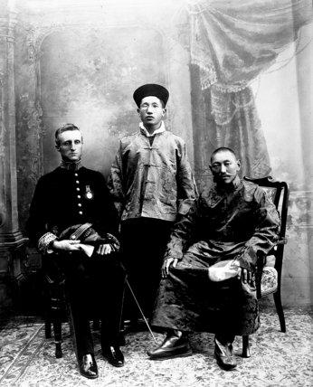Сэр Чарльз Альфред Белл (Charles Alfred Bell) и Далай-лама, в центре - махараджа Сиккима