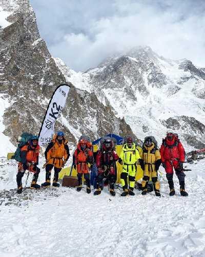 Команда Нирмала Пурджи (Nirmal Purja) перед выходом из базового лагеря на К2. 27 декабря 2020 года