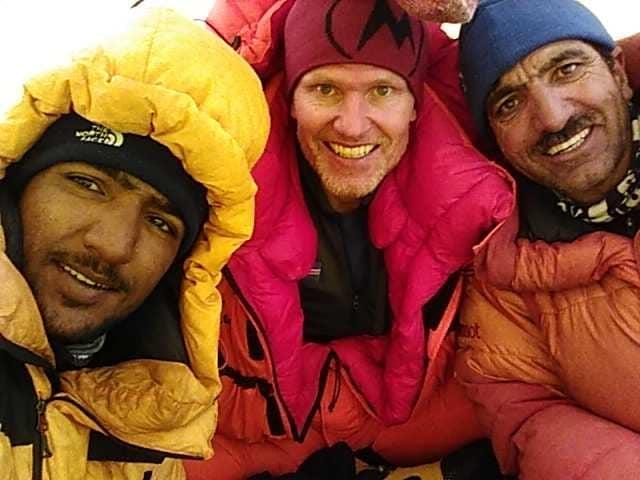 """Мухаммад Али """"Садпара"""" (Muhammad Ali """"Sadpara"""") , Джон Снорри Сигурджонссон (John Snorri Sigurjónsson) и 20-летний Саджид Али (Sajid Ali Sadpara) во втором высотном лагере К2. 29 декабря 2020 года"""